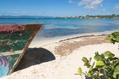 Wrak op wit tropisch strand - het eiland van Le Gosier - Guadeloupe stock foto