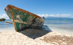 Wrak op wit tropisch strand - het eiland van Le Gosier - Guadeloupe royalty-vrije stock foto's