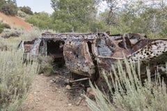 Wrak van auto met jachtgeweergaten stock afbeeldingen