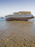 Wrak van boot op strand Stock Foto's