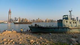 Wrak van Chinese zeeschipwas aan wal op Yangtze riverbank en stock afbeeldingen
