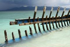 Wrak van de boot op het strand stock foto