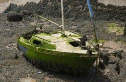 Wrak van een klein jacht op riviermodder royalty-vrije stock foto