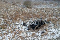 Wrak van een verwoeste auto op een weide Gedemonteerd autoskelet royalty-vrije stock foto's