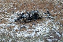 Wrak van een verwoeste auto op een weide Gedemonteerd autoskelet royalty-vrije stock fotografie