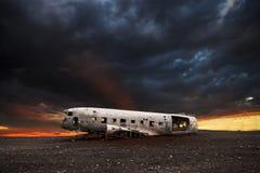 Wrak van een wit vliegtuig op het zwarte strand stock fotografie