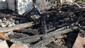 Wrakken van een gebrand huis stock video