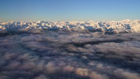 Wrangell-Gebirgs-Alaska-Fliege über dem Golf von Alaska stock footage