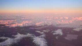 Wrangell-Gebirgssonnenuntergang-Alaska-Fliege über dem Golf von Alaska stock video footage