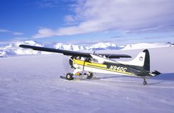 一架吹笛者布什飞机在Wrangell St伊莱亚斯国家公园和蜜饯,阿拉斯加 免版税库存照片