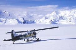 一架吹笛者布什飞机在Wrangell St伊莱亚斯国家公园和蜜饯,阿拉斯加 库存图片