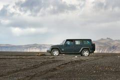 Wrangler виллиса на исландской местности стоковое фото rf