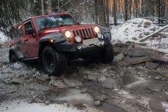 Wrangler в лесе зимы, Россия виллиса Стоковые Фотографии RF