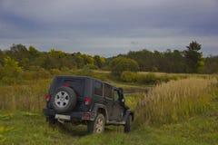 Wrangler ilimitado, SUV do jipe, preto, fora da estrada, carro, paisagem, natureza, outono, Rússia, Ford, rio, água, campo, prado Imagens de Stock