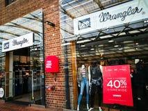 Wrangler Jeans y tienda al por menor de la ropa en el 40% de storewide en el centro comercial del punto de Birkenhead imagenes de archivo