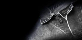 Wrangler nero del rivestimento isolato su fondo nero Immagini Stock