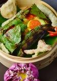 红鲷鱼鱼片在香蕉叶子wraped 免版税库存图片