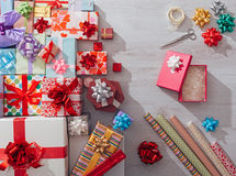 Wrapping Christmas gifts Royalty Free Stock Images