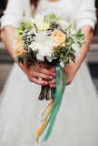 Wrdding-Blumenstrauß in Bräute nahds Lizenzfreie Stockfotografie
