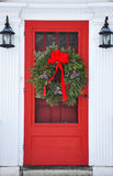 Wreath auf roter Haustür Lizenzfreies Stockfoto