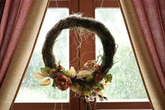 Wreath im Fenster Stockfoto