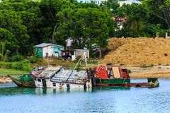 Wreckec-Boote auf Ufer durch alte Bretterbude Stockfotografie
