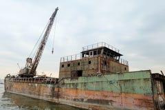 Wrecked a abandonné le bateau sur le fleuve Chao Phraya Image libre de droits