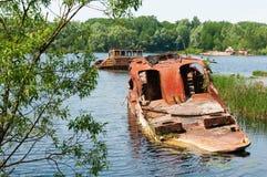 Wrecked a abandonné le bateau sur une rivière Image stock