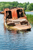 Wrecked a abandonné le bateau sur une rivière Images libres de droits