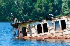 Wrecked a abandonné le bateau sur une rivière Photo libre de droits