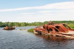 Wrecked a abandonné le bateau sur une rivière Photo stock