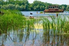 Wrecked a abandonné le bateau sur une rivière Images stock