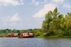 Wrecked a abandonné le bateau sur une rivière Photographie stock libre de droits