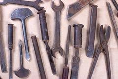 Wrenchs,在木背景的各种各样的工具 库存照片