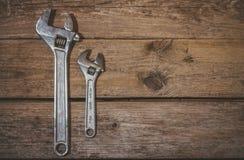 2 wrenchs, большого и немного на деревянной предпосылке Стоковая Фотография