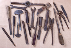 Wrenchs, различные инструменты на деревянной предпосылке Стоковое фото RF