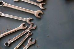 Wrenchs com fundo velho do assoalho Foto de Stock