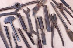 Wrenchs, divers outils sur le fond en bois Photographie stock
