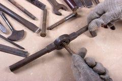 Wrenchs, divers outils sur le fond en bois Image libre de droits