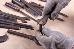 Wrenchs, divers outils sur le fond en bois Image stock