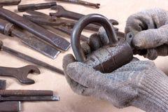 Wrenchs, divers outils sur le fond en bois Images libres de droits