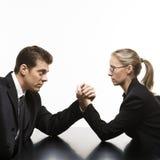 Wrestling de braço do homem e da mulher na tabela. Fotografia de Stock