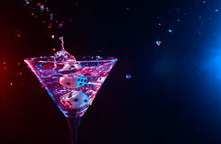Würfel und Martini Stockbild