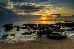 Wrick和美好的日出在Tg阿鲁靠岸,纳闽 马来西亚 免版税图库摄影