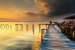 Wrick和美好的日出在Tg阿鲁靠岸,纳闽 马来西亚 库存图片
