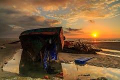 Wrick и красивый восход солнца на Tg Aru приставают к берегу, Labuan Малайзия Стоковое Изображение RF
