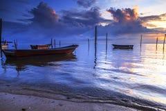 Wrick und schöner Sonnenaufgang an Tg Aru setzen, Labuan auf den Strand malaysia Lizenzfreie Stockfotos