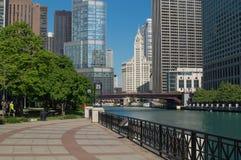 Wrigley byggnad och Chicago River Arkivbilder