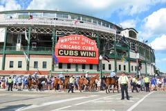 Wrigley coloca após a vitória, com cavalos Fotos de Stock Royalty Free