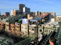 Wrigley coloca - asientos del tejado de Chicago Cubs imagenes de archivo